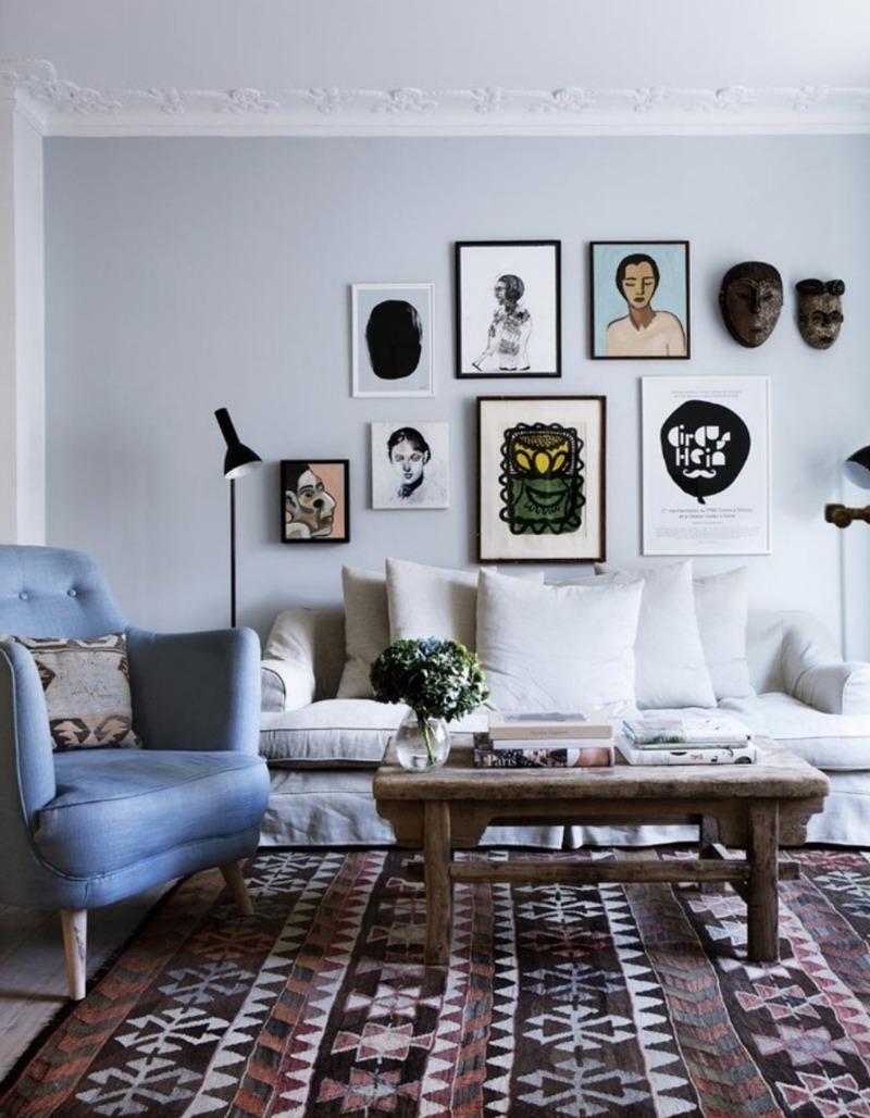 Oprawione plakaty i pamiątki z podróży na ścianie