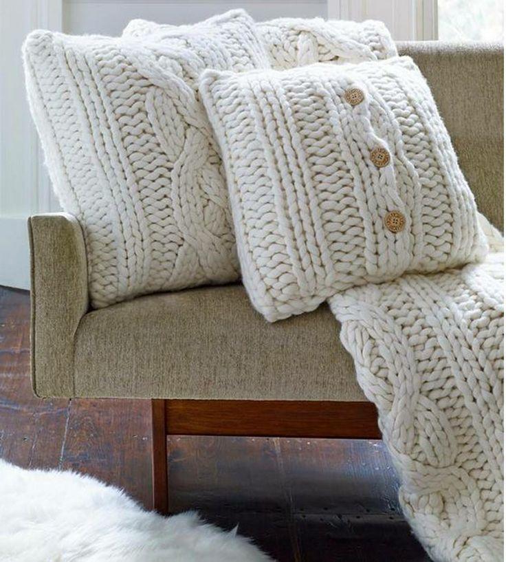 Od pewnego czasu bardzo modne stały się sweterkowe poduszki, idealnie wpasowujące się w jesienny i zimowy klimat