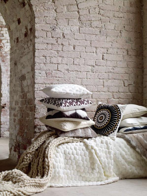 Poduszki, narzuty i koce sprawiają, ze mieszkanie staje się przytulne