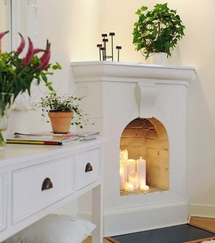 Palące się w kominku świece, tworzą wyjątkowy klimat w pomieszczeniu