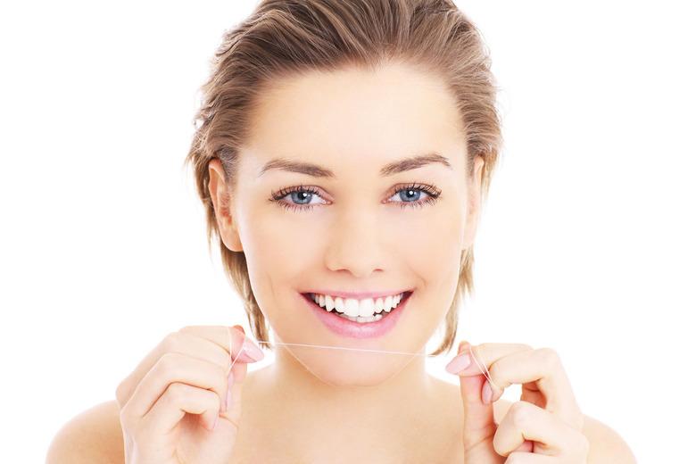 Staraj się regularnie nitkować swoje zęby