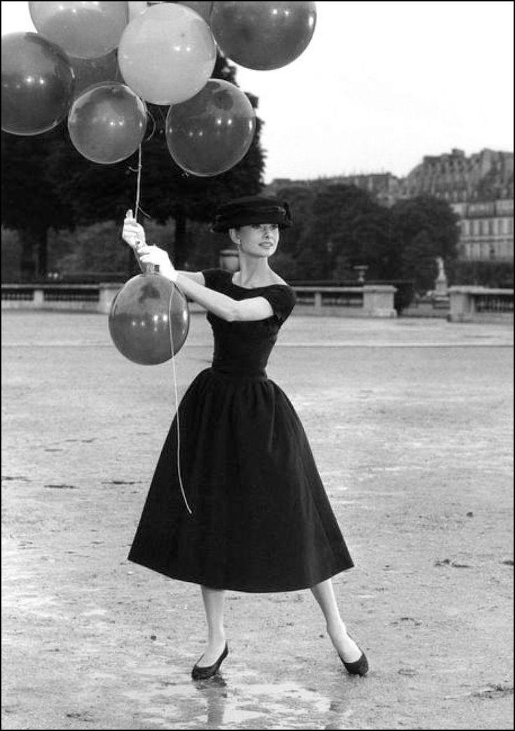 Audrey Hepburn w rozkloszowanej sukience z halką