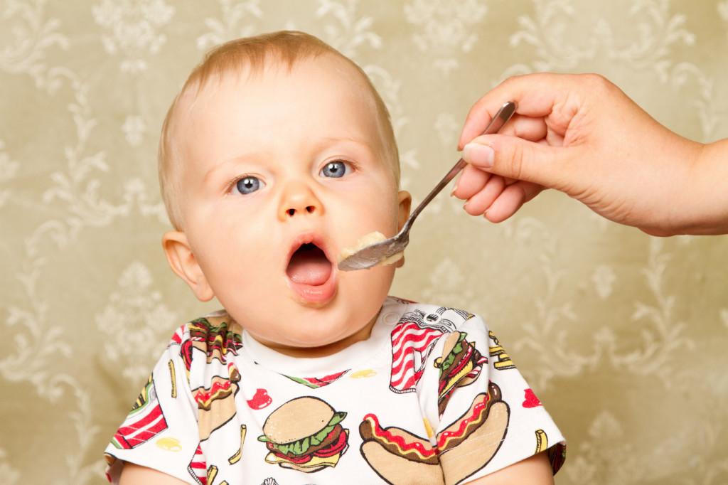 Podstawą diety malucha powinny być trzy główne posiłki: śniadanie, obiad i kolacja