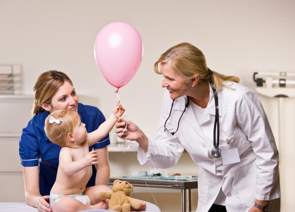 Kiedy na skórze dziecka pojawiają się niepokojące objawy, warto poprosić pediatrę o konsultację