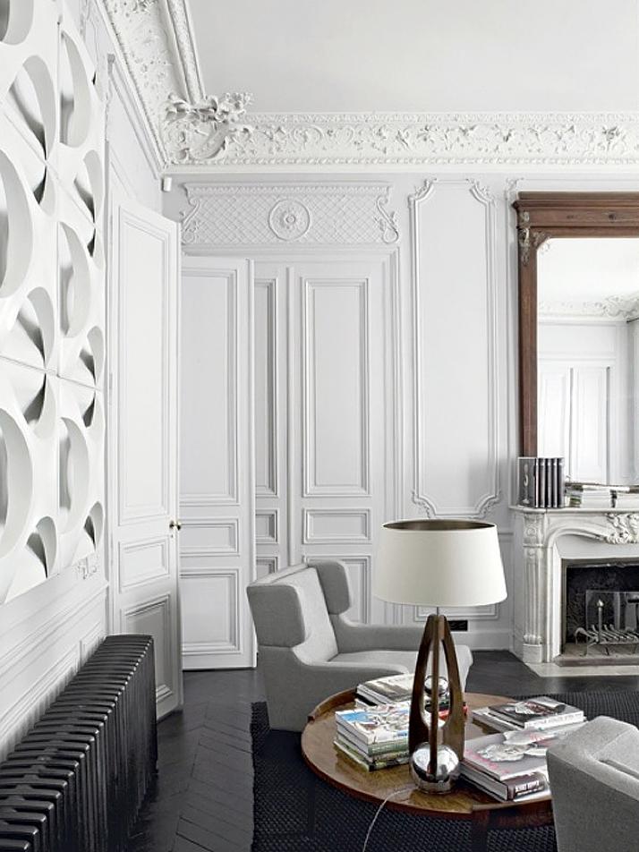 Styl francuski we wnętrzach charakteryzuje się licznymi zdobieniami na ścianach, w postaci sztukaterii