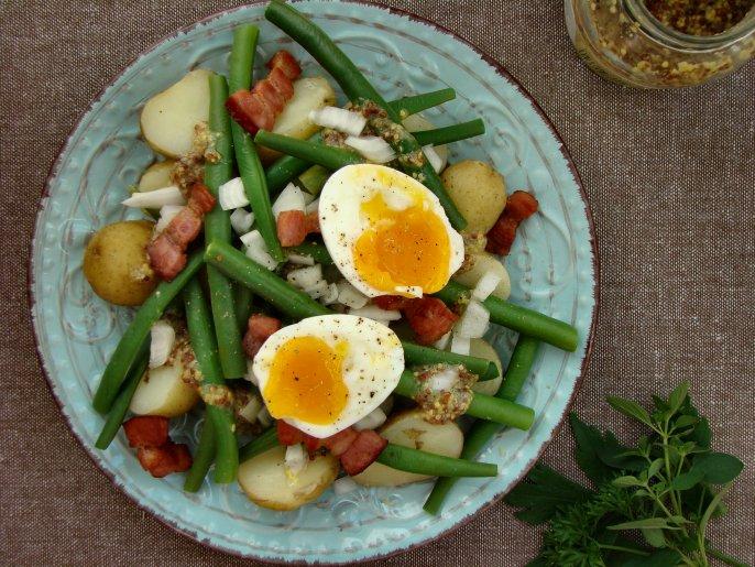 Fasolkę po prowansalsku możemy podać z gotowanymi lub sadzonymi jajkami