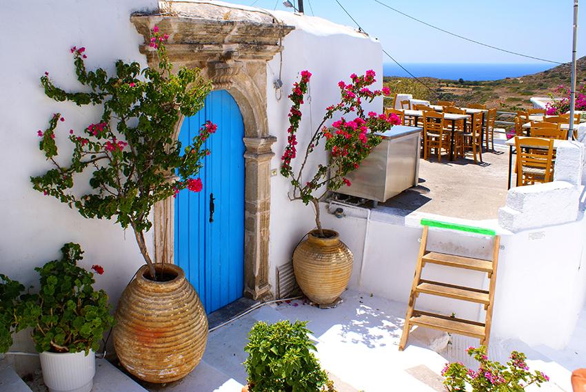 Charakterystyczne bielone ściany i niebieskie drzwi