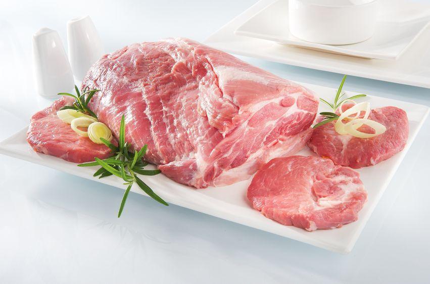 Do przygotowania potrawy potrzebny jest 1,5 kilogramowy kawałek karczku, pokrojony w 1 centymetrowe plastry