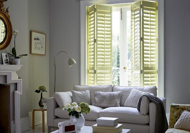 Żaluzjowe okiennice to element, który do mieszkania wprowadzi prawdziwy włoski klimat