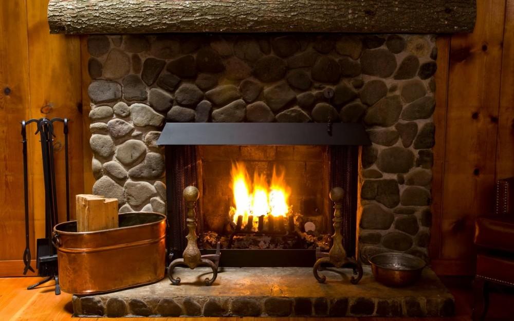 Rozpalony kominek nadaje wnętrzu przytulnego klimatu