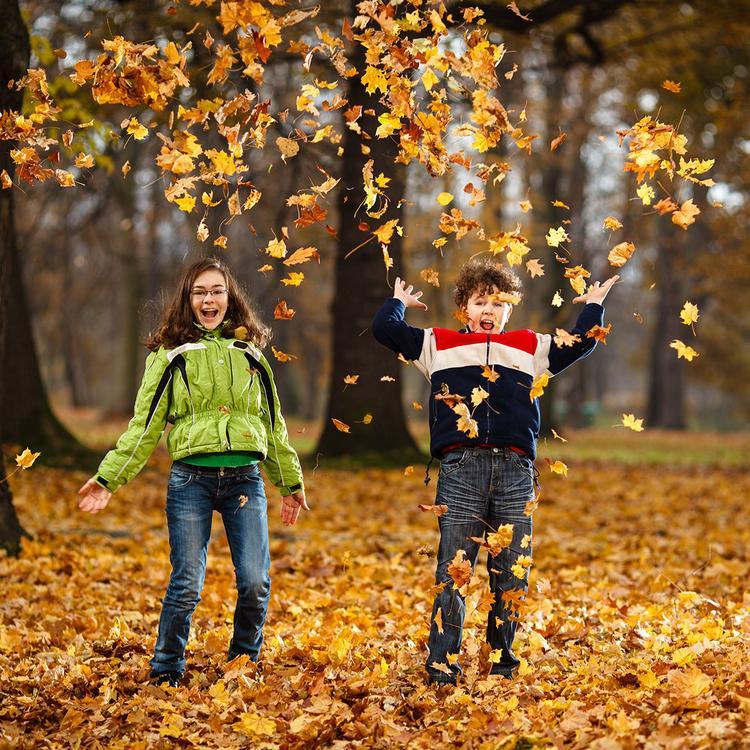 Jesienią nie należy zapominać o długich spacerach, które hartują organizmy naszych pociech