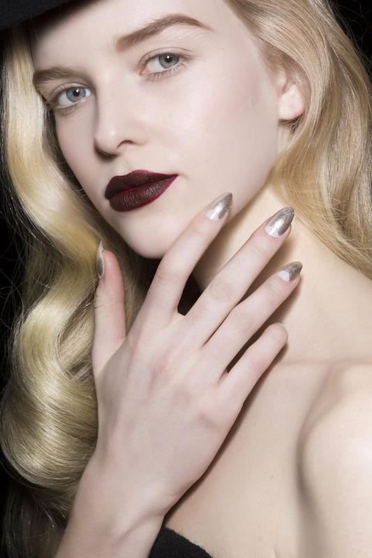 Kolor złoty to jeden z hitów jesienno-zimowego manicure