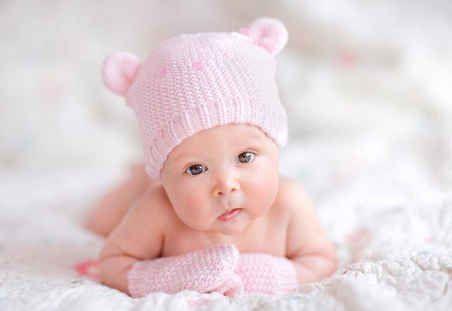 Przed zimowym spacerem warto nałożyć na skórę dziecka tłuste kosmetyki ochronne, posiadające specjalny atest