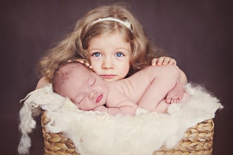 Sesja noworodkowa z udziałem rodzeństwa
