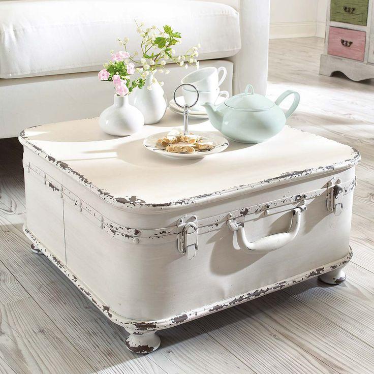 Stara walizka pomalowana na biało i wykorzystana jako stolik kawowy to kwintesencja stylu shabby chic