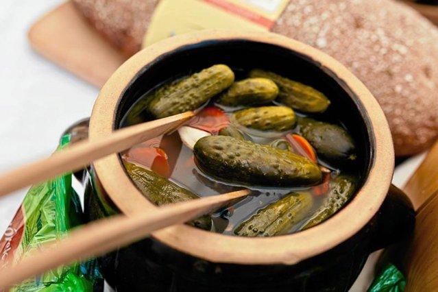 Zjedzenie zbyt dużej porcji kiszonych warzyw może skutkować biegunką