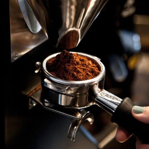 Espresso parzy się w kawiarce, ekspresie kolbowym lub automatycznym