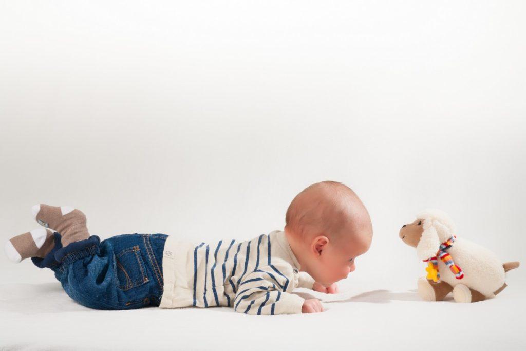 Zakatarzone niemowlę warto kłaść na brzuszku
