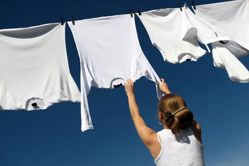 Mokrą tkaninę warto naciągnąć