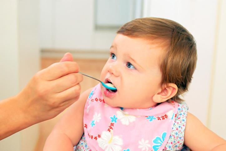 Pokarmy z glutenem należy podawać bobasowi w niewielkich ilościach