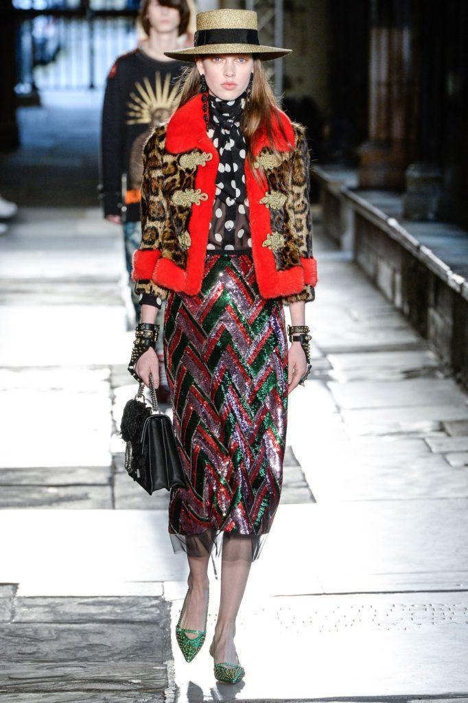 Czarna bluzka w grochy na pokazie domu mody Gucci