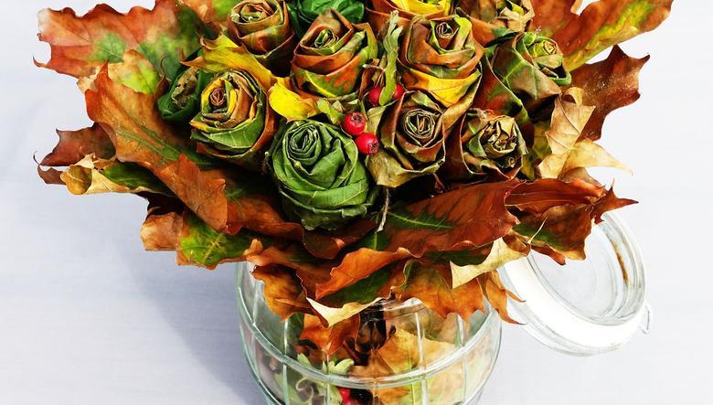 Róże wykonane z jesiennych liści