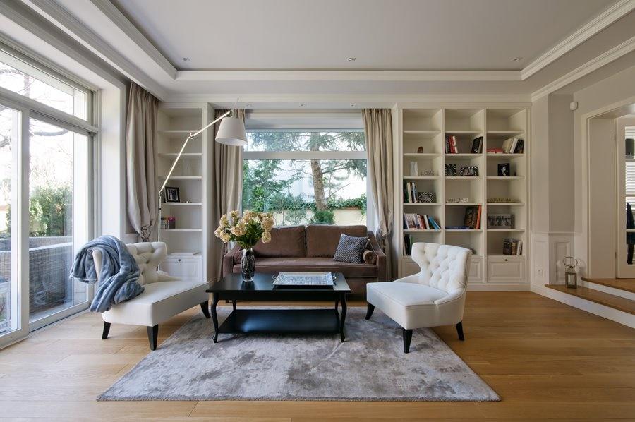 Styl Hampton wyróżnia się przestronnymi oknami (Źródło: homesquare.pl)
