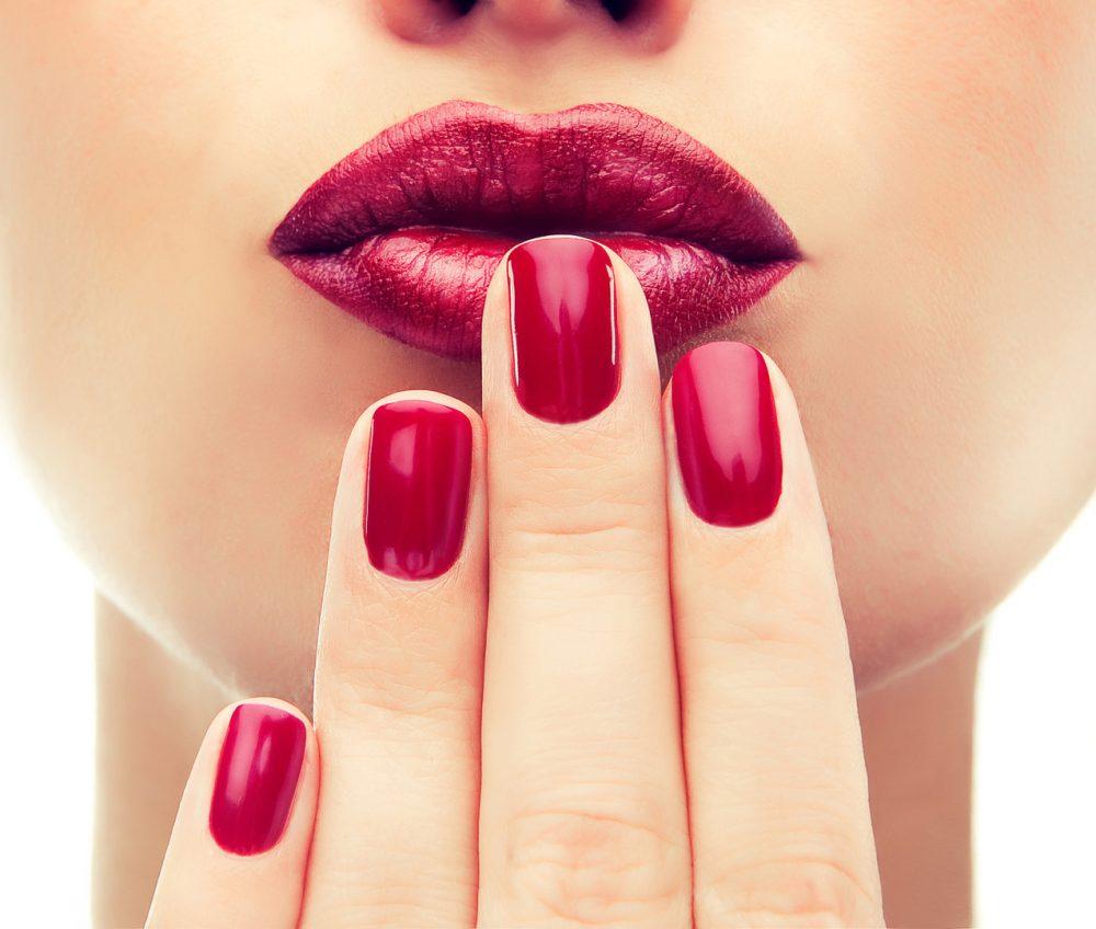 Karminowy manicure