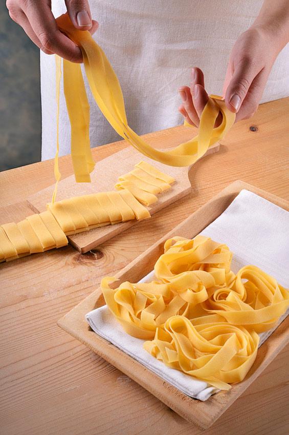 Przygotowywanie makaronu w formie wstążek