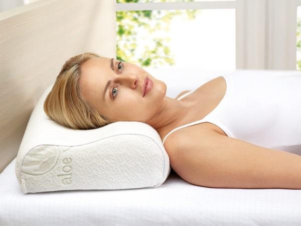 Korzystne dla stanu szyi jest spanie na plecach, na profilowanej poduszce