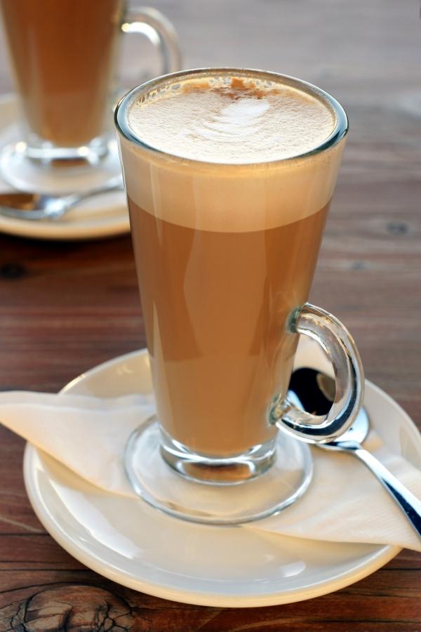Kawa latte w specjalnej szklance do tego rodzaju kawy