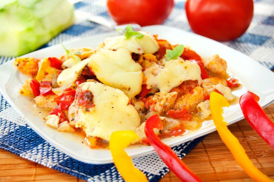 Kura z pomidorami i papryką
