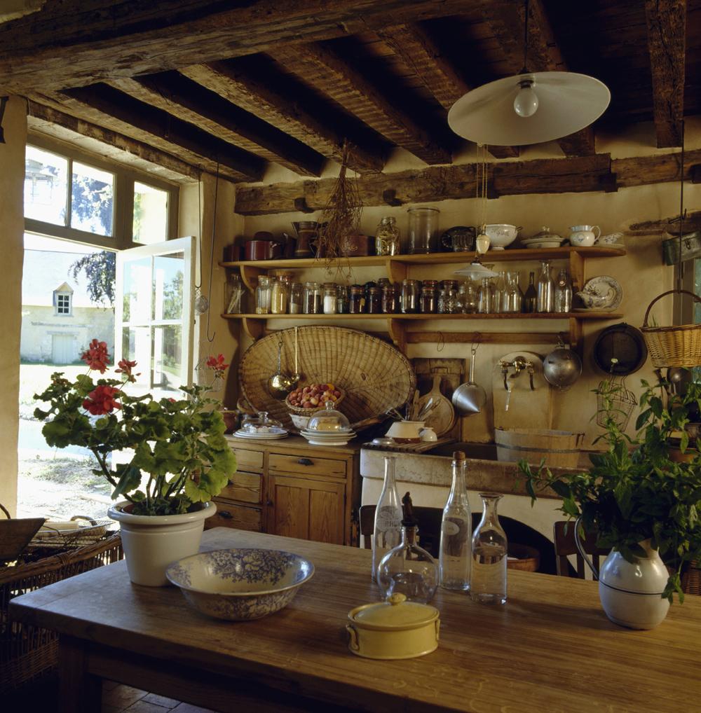 Masywny drewniany stół w kuchni