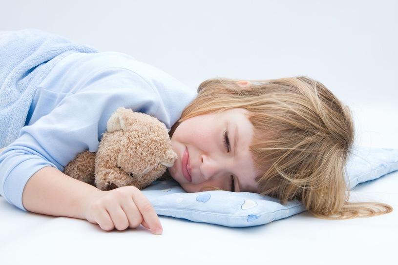 Dziecko z gorączką narzeka na złe samopoczucie