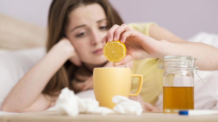 Herbata z miodem i cytryną to dobra metoda na przeziębienie