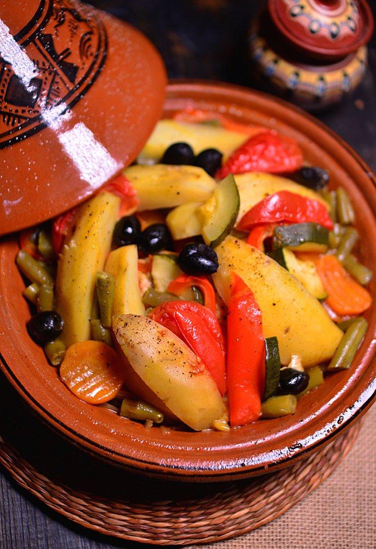 Tadżin w tradycyjnym naczyniu