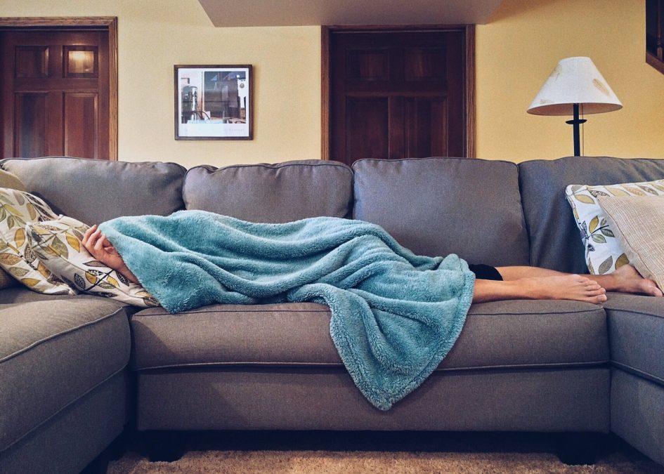 infekcja wirusowa - człowiek leżący pod kocem