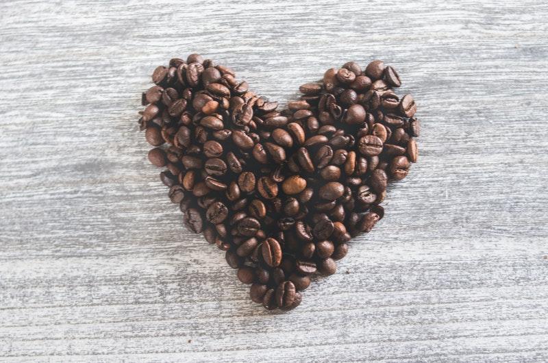 serce ułożone z kawy