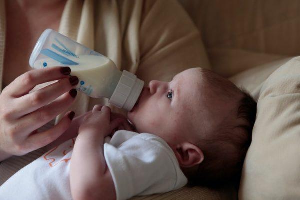 karmienie mieszane - dziecko karmione butelką
