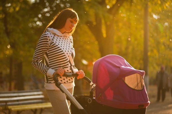 kobieta z dzieckiem w wózku